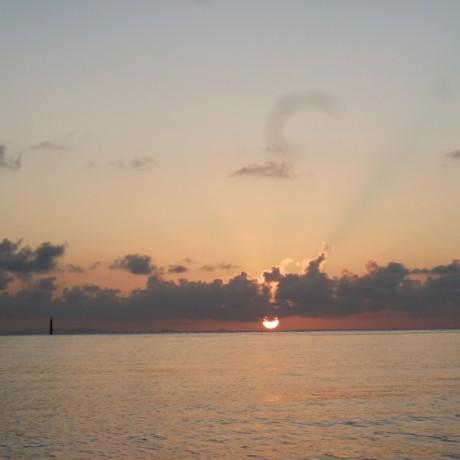 初めて見る海に沈む夕日