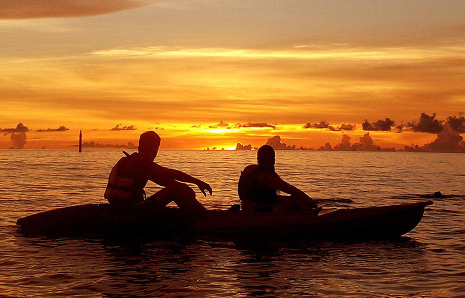 サンセットカヤックツアーで夕日を見るカップル