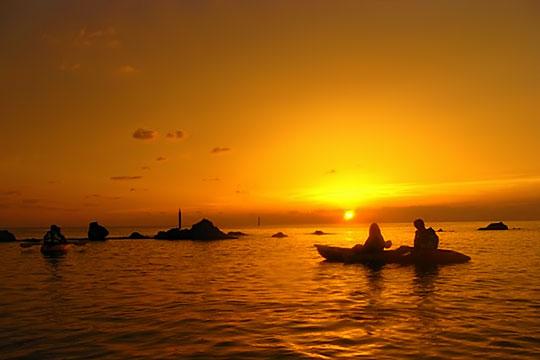 サンセットカヤックツアーでは美しい夕日を