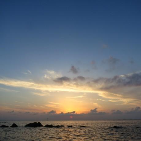 雲に隠れる夕日